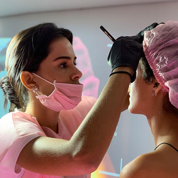Lilian Lizo realizando a técnica flow brows